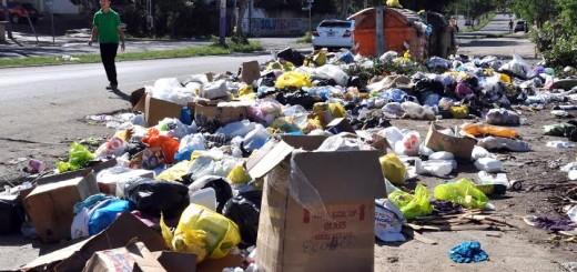 FOTOS: Basura se Incrementan en Santiago Luego de Noche BuenaEl problema de la basura en Santiago se incrementó más luego del asueto de Navidad.Los barrios mas afectados por el gran cúmulo de basura pertenecen a la Zona Sur de esta ciudad, entre los que figuran, Pekín, Barrio Lindo, Nibaje, La Mina y La Villa Olímpica entre otros. 25 / 12 / 2013. HOY, Nelson Alvarez